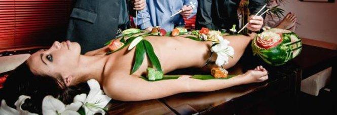 Nyotaimori-Body-Sushi-04